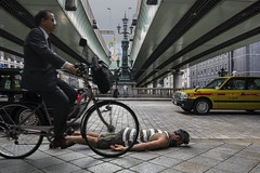 FDT-150 Kilometro Cero (- Cajón de sastre -) Tags: fdt fdtforlife facedowntuesdaygroup i♥facedowntuesday creativephotography creativeselfportrait selfportrait autoretrato japan japón bicycle bicicleta taxi puente bridge nihonbashi