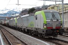 BLS Lötschbergbahn Lokomotive Siemens Vectron 475 412 - 3 mit Werbung BLS Cargo - Die Alpinisten ( Inbetriebnahme 2016 ) mit SIM – Güterzug 43568 M.ortara – K.refeld – U.erdingen ( 513 m – 1`181 t ) am Bahnhof Spiez im Kanton Bern der Schweiz (chrchr_75) Tags: christoph hurni chrchr75 chrchr chriguhurni chriguhurnibluemailch märz 2018 schweiz suisse switzerland svizzera suissa swiss albumbahnenderschweiz albumbahnenderschweiz20180106schweizer bahnen bahn eisenbahn train treno zug albumbahnblslötschbergbahn bls lötschbergbahn juna zoug trainen tog tren поезд lokomotive паровоз locomotora lok lokomotiv locomotief locomotiva locomotive railway rautatie chemin de fer ferrovia 鉄道 spoorweg железнодорожный centralstation ferroviaria albumbahnhofspiez bahnhof spiez kantonbern berner oberland
