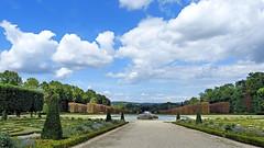 Broderies et bassin de Scylla (Raymonde Contensous) Tags: bassindescylla fontaines bassins jetsdeau jardins châteaux châteauchampssurmarne seineetmarne nature nuages ciel paysage parcs