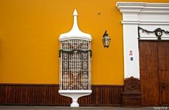 Ventana navideña (Gaby Fil Φ) Tags: ventanas ventanasdetrujillo trujillo lalibertadperú regiónlalibertadperu rejas colores perú sudamérica latinoamérica ciudadescolonialesdeaméricalatina