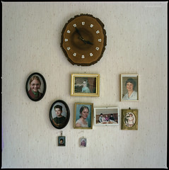 Erreichtes (Konrad Winkler) Tags: photografien uhr rustikal tapete bilder kitsch kinder enkel grosmutterszimmer langzeitbelichtung 6x6 mittelformat hasselblad503cx kodakportra160 epsonv800