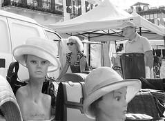 Sombreros (no sabemos cómo llamarnos) Tags: street streetphotography photoderue fotourbana fotocallejera urbanphotography urban rue calle brocante sombreros hats chapeaux blancoynegro blackandwhite noiretblanc