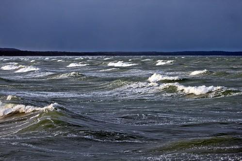 Sonnenstrahlen auf den Wellen