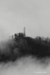 Faro Voltiano (Giorgio Pardo) Tags: como faro snapseed italy canon lakecomo fog canonphotographers nebbia canonphotography alessandrovolta brunate volta comolake italia bw