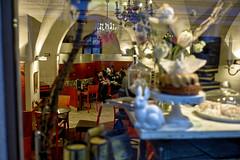 Pause in einem Café (Helmut Reichelt) Tags: pause café stadtbesichtigung rindermarkt spiegelung italienischengruppe stadtführung passau stadt donauradwanderweg winter märz niederbayern bavaria deutschland germany leica leicam typ240 captureone11 dxophotolab leicasummilux35mmf14asphii