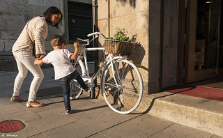 Leave that bicycle, child!. ¡Deja esa bicicleta. niño!