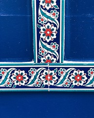 05/03/2018 (carcioneelena) Tags: paris city travel trip street urban walking tiles ceramics vintage pattern flowers geometric colours blue red green white wall wallart art details capture streetphotography photography vsco