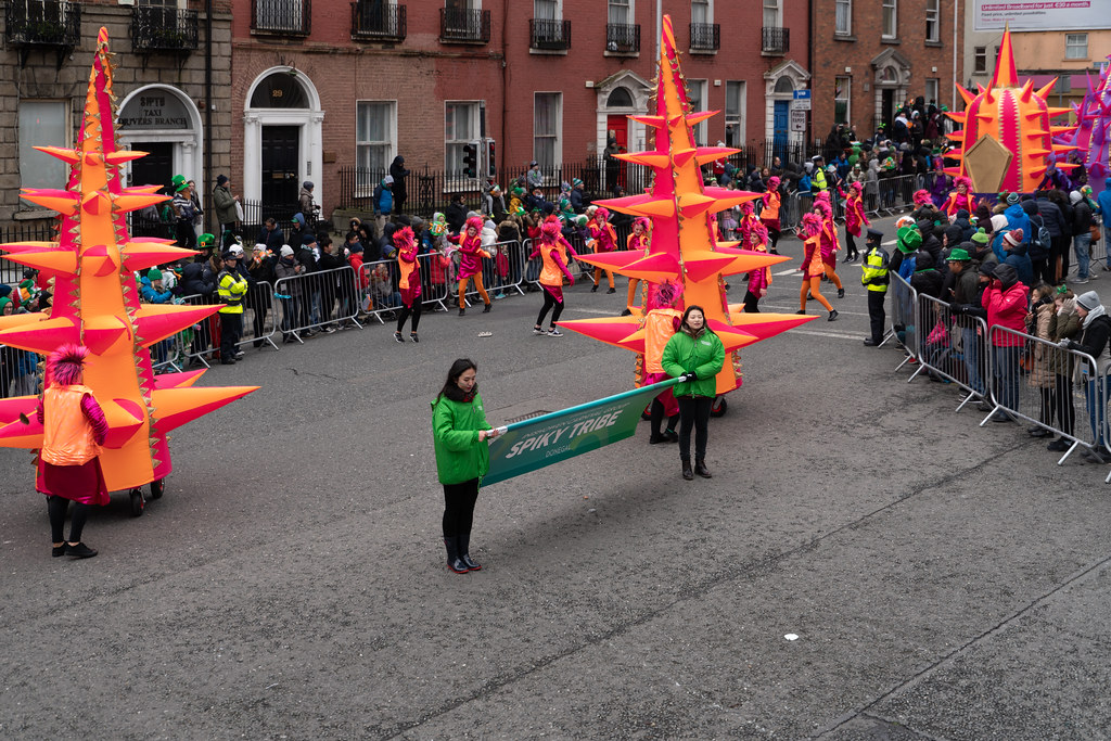 SPIKY TRIBE BY THE INISHOWEN CARNIVAL GROUP [DUBLIN PARADE 17 MARCH 2018]-137731