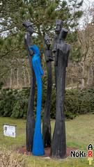 Skulpturen (Norbert Kiel) Tags: baum rasen skulpturen figuren figur skulptur holz grün blau schwarz nordsee see wasser stpeterording sanktpeterording strand nokiart