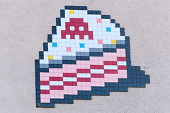 Boulogne-Billancourt (PA_1308) (Meteorry) Tags: europe france idf îledefrance paris spaceinvader spaceinvaders invader invaderwashere tiles carrelage carreaux mur wall street rue art artderue pixels pa1308 boulognebillancourt marcelsembat avenuedugénéralleclerc spacecake patisserie sainessaveurs avenueedouardvaillant ruedelarépublique colors couleurs mosaïques cake november 2018 meteorry