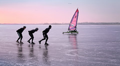Two ways of speed skating (B℮n) Tags: loenderveenseplas loenderveense plas loosdrechtse plassen oudloosdrecht horndijk noordholland nederland holland netherlands skating ice schaatsen noren viking 2018 3maart2018 koud temperatuur vorst zwart ijs glad ijspret winter dutch skaters freeze terranova natural cold speed gekte paradise surface lakes glide gliding adventure schaatsliefhebbers vaarverbod water brasem wide skate weather weer plezier fun oud jong weids icy ijszeiler iceyachting 50faves topf50 100faves topf100
