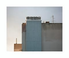 Antienne (hélène chantemerle) Tags: mur cheminées antennes ciel soleil lumière ville wall chimneys antennas sky sun light