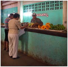 a market scene (kurtwolf303) Tags: cienfuegos cuba kuba personen people market markt karibik caribbean foods gemüse vegetables olympusem5 omd microfourthirds micro43 systemcamera mirrorlesscamera spiegellos mft kurtwolf303 mercado vegetal caribe 250v10f urban strasenfotografie streetphotography