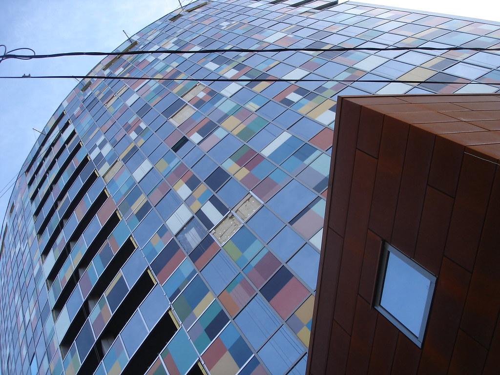 фото: Новостройка с фасадом из различных материалов