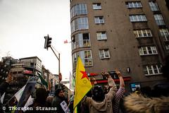 Kurden protestieren in Berlin für Afrin (Efrin) (tsreportage) Tags: afrin berlin demonstration efrin fahne flagge kreuzberg kundgebung kurden kurdistan kurds mitte nationalism nationalismus pkk rojava syria syrien tuerkei turkey ypg arrest attack clashes demo flag peace protest rally riot riotpolice war ypj germany de