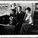Archiv FaMUC239 Münchner Familie, Bootsfahrt Starnberger See, 1930er thumbnail