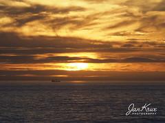 Golden Sunset (jan-krux photography - thx for 2.9 Mio+ views) Tags: cape town beach south atlantic southafrica suedatlantik sundown golden sonnenuntergang olympus omd em1mkii meer sea ship schiff clouds wolken farben color sonne sun abend evening explore inexplore