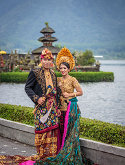 Balinese bride and groom (xytse13) Tags: bali indonesia indonesien canon throughback temple tempel