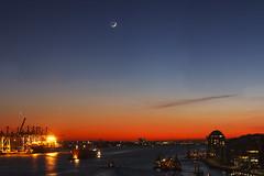 Panorama-Drama mit Mond, Venus und Merkur (Lilongwe2007) Tags: hamburg deutschland astronomie mond venus merkur hafen industrie aussicht dockland elbe wasser spiegelung schiffe architektur planeten nacht dämmerung blaue stunde himmel