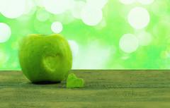 coeur de pomme (Chocolatine photos) Tags: pomme vert photo photographesamateursdumonde pdc bokeh makemesmile minimaliste lumière flickr nikon naturebynikon flickrelitegroup fruit