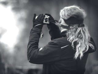 2015-02-10 um 15-17-02 - Frau mit Kamera - BW Bokeh