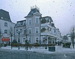 Schneegestöber in Binz (lt_paris) Tags: urlaubinbinz2018 binz rügen winter schnee schneegestöber hauptstrase schneeflocken bäderarchitektur