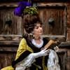 Dama veneziana (R.o.b.e.r.t.o.) Tags: venezia venice carnevale carneval carnival carnaval italia italy costume mark maschera parrucca libro book people woman signora donna ritratto portrait 2018 sfocatura lady porta portone legno door doorway