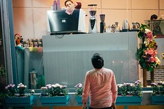 Coffee to Go (Tom Levold (www.levold.de/photosphere)) Tags: fuji fujixpro2 isfahan street xf56mm nacht night esfahan shop laden people candid porträt portrait café