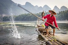 Splash (lc99photography) Tags: fisherman cormorant cormorantfisherman cormorantfishing water splash river lijiang liriver karst karstformation raft bambooraft birds oldman red oar fun playful landscape guilin guangxi