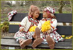 Tivi und Sanrike ... (Kindergartenkinder) Tags: kindergartenkinder annette himstedt dolls sanrike gruga grugapark essen garten gras tivi blume osterglocken