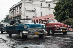 Coches bajo la lluvia. 20100729_1772_ps (Inclitus) Tags: coche color rojo azul cuba havana street lluvia pluie
