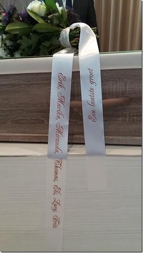 70mm wit rouwlint met bruin bedrukt