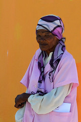 Portrait south Africa_5517 (ichauvel) Tags: portrait femme woman femmeagée oldwoman rue street bokaap lecap capetown afriquedusud southafrica portraitderue streetportrait couleur colourful jaune yellow mur wall voyage travel exterieur outside expression attitude
