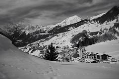 cuntrada d'enviern (Toni_V) Tags: m2406679 rangefinder digitalrangefinder messsucher leicam leica mp typ240 type240 35lux 35mmf14asphfle summiluxm hiking wanderung randonnée escursione ardez unterengadin engadin engiadinabassa winter landscape alps alpen graubünden grisons grischun switzerland schweiz suisse svizzera svizra europe bw monochrome sep2 silverefexpro2 niksoftware schwarzweiss blackwhite snow schnee landschaft ©toniv 2018 180303 steinsberg
