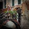 looks very inviting (hjuengst) Tags: venice venedig venezia restaurant fishmarket postevecie italy italien italia streetlight lantern laterne bridge brücke sanpolo