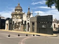 Mausoleos (sekuas43) Tags: árboles fotografía argentina buenosaires arquitectónicas tumbas bellezas antigüedades flores mausoleos cementerio
