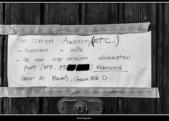 e poi ci facciamo tanti problemi per la privacy (magicoda) Tags: italia italy magicoda foto fotografia venezia venice veneto biancoenero blackandwhite bw bn nikon d750 dslr persone people blackwhitephotos maggidavide davidemaggi 2018 passione passion see messaggio message writing venetian voyeur postino postman scritta divertente fun posta post candid