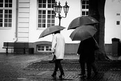 Tag 06 - Fotoaktion - 35 Tage x 35 mm (Gitta Martin) Tags: 35mm brüggen regen schwarzweis sonyalpha57 schirme menschen people marktplatz nrw strasenfotografie streetfoto menschenimalltag bw