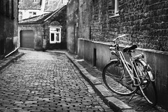 Bruges (Christophe Rusak) Tags: bruges belgique street rue pavé ville city blackandwhite monochrome bike bycicle velo vélo bicyclette ruelle architecture mur noir noiretblanc bâtiment foncé millésime blanc europe urbain maison nuit pierre vide commune tunnel route fenêtre étroit