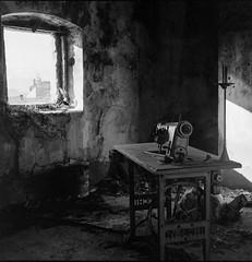 (Silvio Iammarino) Tags: bew bw blancoynegro room stanza italia italy work street country film pellicola ilford hp5 contrast exposure planar rolleiflex 6x6 120 400 iso asa analogic monocromo mono monocrome zeiss dark black window