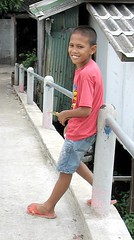 boy on a bridge (the foreign photographer - ฝรั่งถ่) Tags: boy leaning against post bridge khlong thanon portraits bangkhen bangkok thailand canon