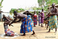 Danse traditionnelle au couteau près de Lomé, Togo (Sekitar) Tags: westafrika west africa ouest afrique togo messertanz messer knife dance danse traditionnelle couteau lomé