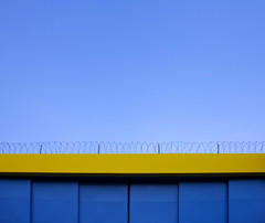Blue And Yellow (CoolMcFlash) Tags: blue yellow abstract minimalistic minimalism minimalistisch simplicity sky wall canon eos 60d blau gelb abstrakt himmel mauer fotografie photography copyspace negativespace tamron b008 18270 geometry geometrie
