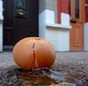 Suicide d'un commissaire européen (Jean-Luc Léopoldi) Tags: egg oeuf trottoir cracked cassé portes sidewalk accident