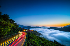 雲海公路 Highway of yunhai (squirrel_center) Tags: light star blue 曝光 晴天 山 mountain nature view night fe1635mm a7ii sony township renai nantu fog red yellow sun cloud trail 紅色 黃色 藍色 春天 路燈 車軌 觀景台 信翰茶館 霧社 仁愛鄉 南投 海 黑夜 夕陽 夕 夜景 車 雲海