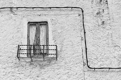 E=mc² (Manuel Atienzar) Tags: paisajeurbano urbanlandscape conceptual luz light power energiaelectrica ventana window balcon balcony rural cable wire física physics pared wall manuelatienzar emc² minimal