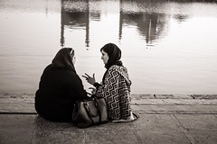 Instruction (Tom Levold (www.levold.de/photosphere)) Tags: fuji fujixpro2 isfahan sw street people candid xf18135mm bw esfahan couple paar wasser water reflection spiegelung