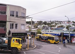 Brooklyn - Cleveland Street turning Ohiro Road (andrewsurgenor) Tags: transit transport publictransport nzbus gowellington electric trackless trolleybus trolleybuses wellington nz streetscenes bus buses omnibus yellow obus busse citytransport city urban newzealand