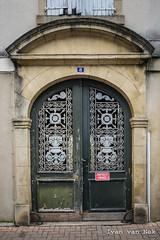Rue de Rohan, Mirande (Ivan van Nek) Tags: ruederohan mirande gers france 32 frankrijk frankreich midipyrénées occitanie gascogne nikon d7200 nikond7200 doorsandwindows ramenendeuren deur porte tür architecture architectuur