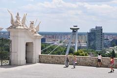 Historisch vs. modern (Zorbas87) Tags: burg castle old alt neu new brücke bridge hochhaus bratislavs slowakei slovakia europa europe